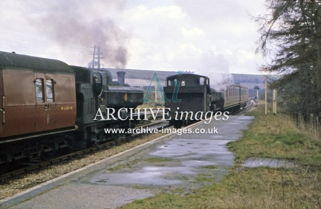 Ogbourne Station, trains crossing 1961